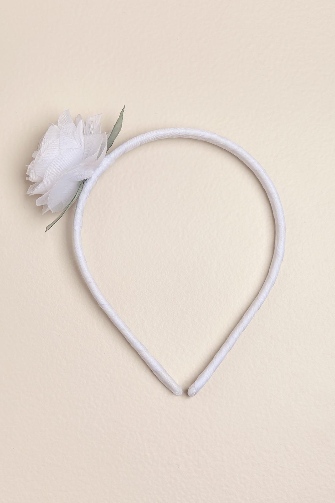 Vincha rigida con una flor blanca